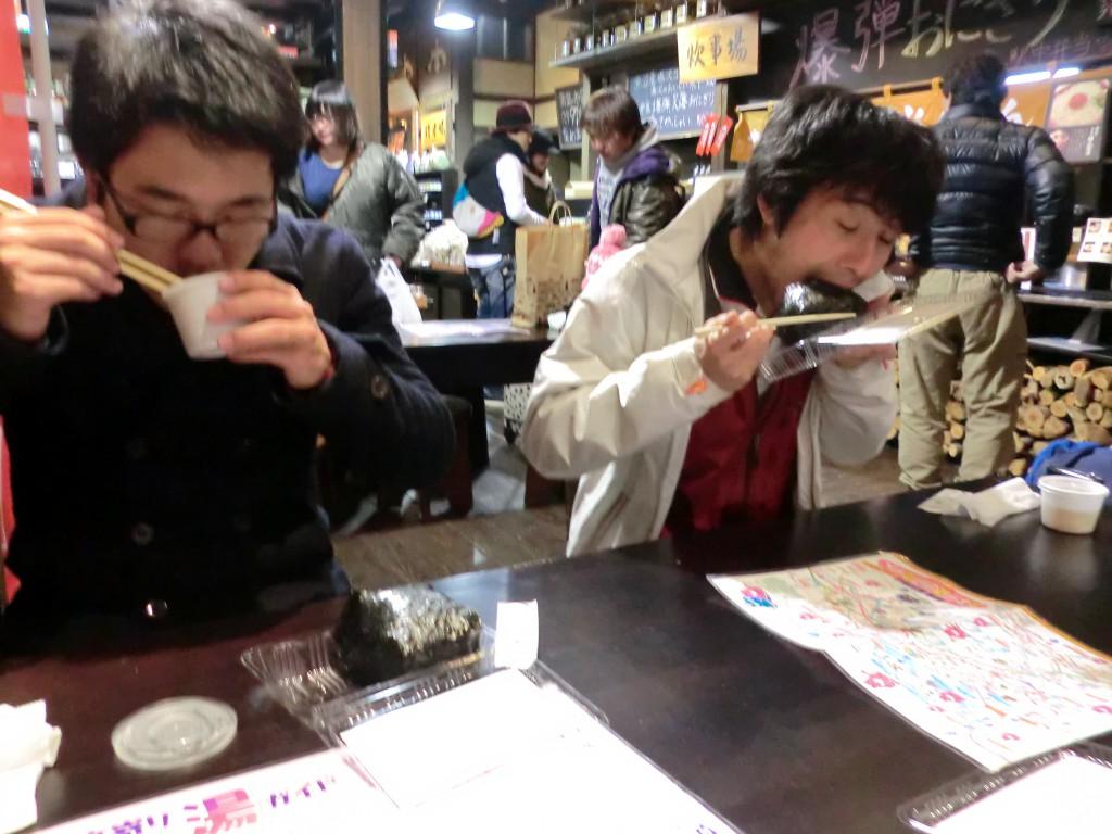 昼飯と格闘する。カップの中身はお味噌汁。