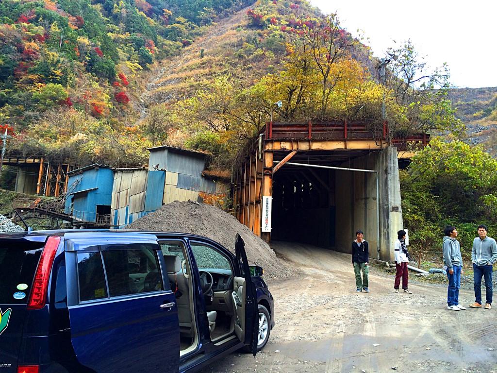 突然目の前に怪しげなトンネルが現れて、思わず車内から出たペンギン